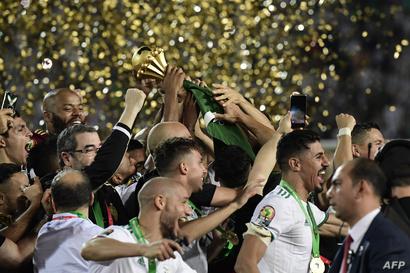 المنتخب الجزائري يشارك الجماهير فرحته بالفوز باللقب