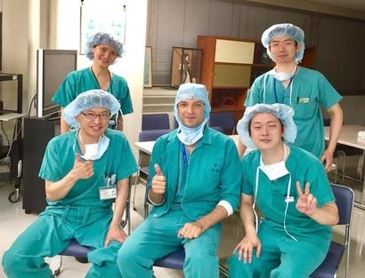 الطبيب المصري وسط زملائه اليابانيين