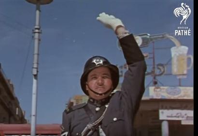 شرطي ينظم المرور