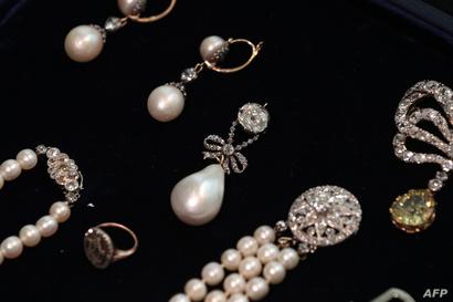 قطع من مجوهرات ملكة فرنسا السابقة ماري أنطوانيت تعرض في مزاد بعد أن ظلت ضمن مقتنيات أوروبية خاصة لأكثر من 200 عام
