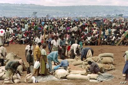 نازحون من رواندا في انتظار الطعام عام 1994 بمخيم للاجئين في تنزانيا