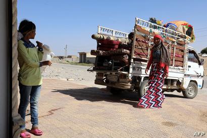 سيارة شحن صغيرة محملة بأمتعة عائلة عنود في حي السباهية