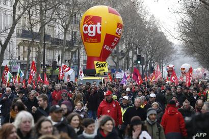 أعضاء نقابة العمال ومؤيدون لهم يشاركون في التظاهرات في باريس الأربعاء