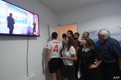 زوجة نبيل القروي تراقب نتائج الدور الأول من الانتخابات الرئاسية التونسية