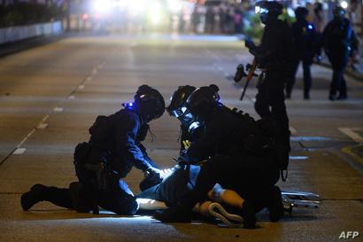 شرطة هونغ كونغ تعتقل أحد المتظاهرين في 2 نوفمبرلا 2019