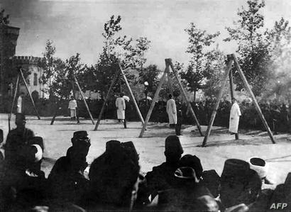 صورة تعودة لحزيران 1915 لمواطنين أرمن شنقوا على يد القوات العثمانية خلال المجازر بحق الأرمن التي ذهب ضحيتها مليون ونصف مليون إنسان