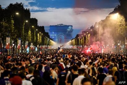 مشجعون فرنسيون يحتفلون بفوز منتخب بلادهم بكأس العالم