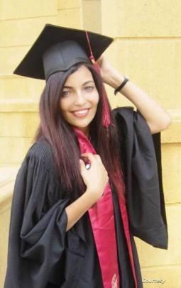 إسراء بلباس التخرج من جامعة المستقبل في القاهرة