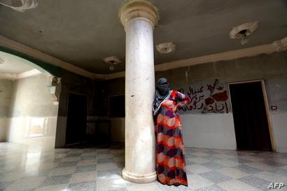 عنود في منزل مهجور تحتمي فيه مع زوجها وأطفالها بحي السباهية غرب الرقة