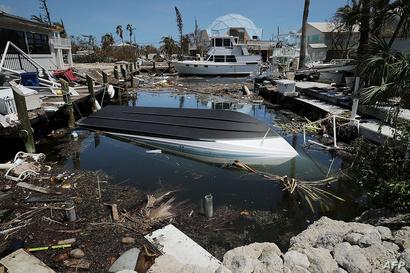 قوارب وسيارات وركام تسد أحد المجاري المائية