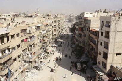 سوريون يستعدون للرحيل من بلدة عين ترما في الغوطة الشرقية على مشارف العاصمة دمشق في 25 آذار/ مارس 2018. يحيط بهم الدمار الذي خلفه قصف قوات النظام للمنطقة.