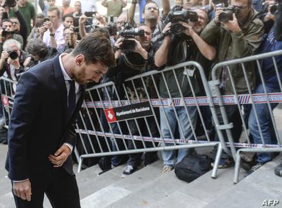 ميسي لحظة وصوله إلى المحكمة