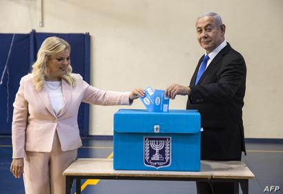 بنيامين نتانياهو وزوجته سارة يقترعان في الانتخابات