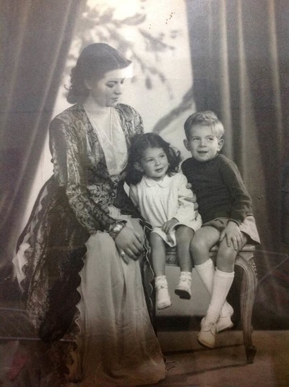 صورة لحسن كامي عندما كان صغيرا مع والدته وأخته نيجار- الصورة من حساب حسن كامي على فيسبوك