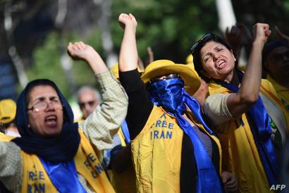 إيرانيات يهتفن ضد النظام الإيراني من أمام مبنى الأمم المتحدة في نيويورك