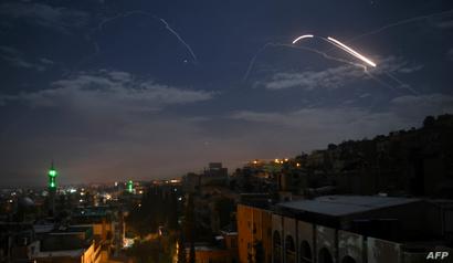 صورة للدفاعات الجوية السورية ترد على هجوم إسرائيلي على مواقع عسكرية سورية وإيرانية