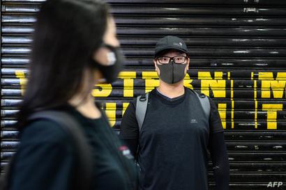 متظاهر يرتدي قناعا في هونغ كونغ