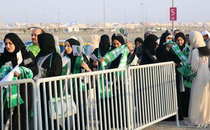 سعوديات في طريقهن إلى داخل ملعب الجوهرة المشعة في جدة