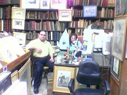 صورة لنجوى زوجة حسن كامي وهي في المكتبة