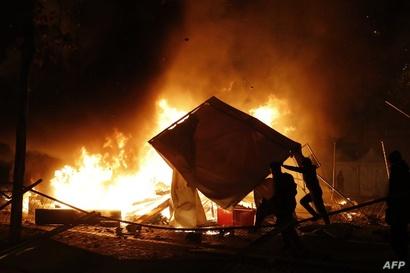 متظاهرون يضرمون النيران في باريس