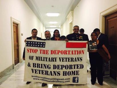 فارغاس مع ناشطين آخرين يطالبون بوقف ترحيل المهاجرين وخصوصا الذين خدموا في الجيش الأميركي