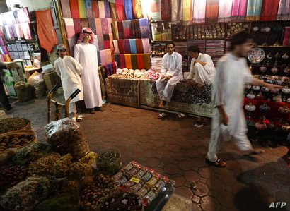 إماراتيون يتسوقون لشراء وجبة الإفطار في دبي