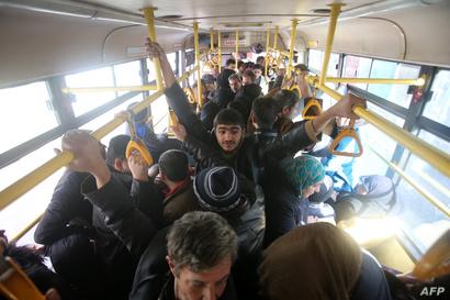 كثير من الركاب اضطروا إلى الوقوف داخل الباص