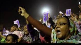 نساء سودانيات يتصدرن الاحتجاجات