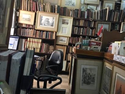 صورة من داخل مكتبة الفنان حسن كامي