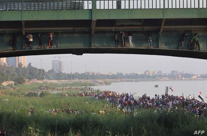متظاهرون عراقيون في بغداد تحت جسر الجمهورية