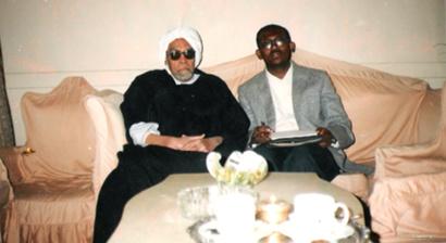 الكاتب خلال لقائه مه خليل عبد الكريم عام 2001