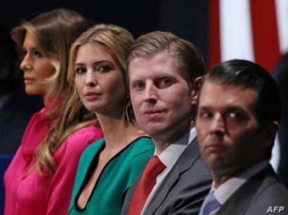 زوجة الرئيس المنتخب ميلانيا ترامب مع ابنته إيفانكا وولديه إيرك ودونالد ترامب جونيور