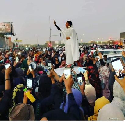 فتاة سودانية تلهب حماس المحتجين