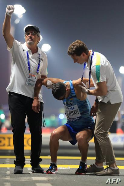 الرياضي الأوكراني ماريان زاكالنيتسكي يتلقى الإسعافات الأولية بعد سقوطه - 29 سبتمبر 2019