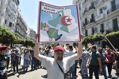 يافطة ضد قائد أركان الجيش الجزائري خلال مظاهرات الجمعة 19