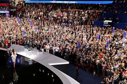 الجمهور يصفق لزوجة ترامب ميلانيا خلال تقديمها من قبل زوجها