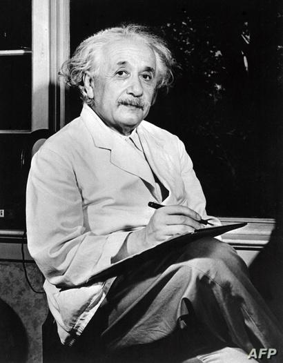 """ألبرت آينشتاين الفيزيائي الذي يلقب """"أبو النسبية"""" لأنه وضع نظرية النسبية"""
