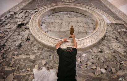 الكاردينال الفرنسي يتسلق جدار الكنيسة لوضع التمثال