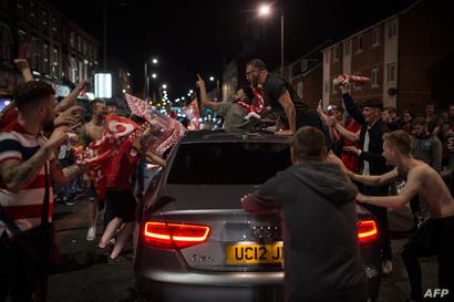 بالقرب من ملعب أنفيلد شمالي انجلترا.. جماهير ليفربول تحتفل بالنصر