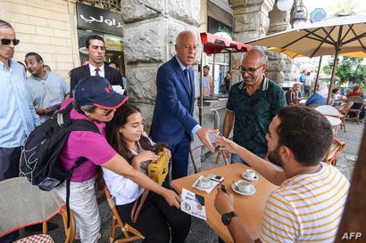 أستاذ القانون الدستوري قيس سعيد يجوب الأماكن الشعبية في جولاته الانتخابية