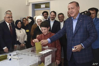 أردوغان يدلي بصوته
