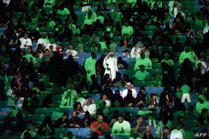 تطغى الإضاءة باللون الأخضر في المكان