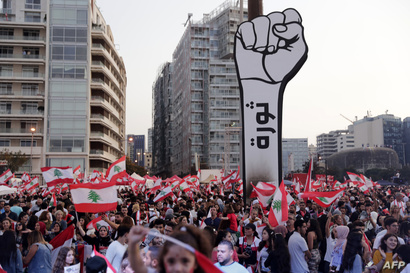 المدن اللبنانية شهدت تظاهرات شعبية شلت الحياة العامة في البلاد