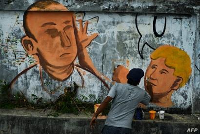غرافيتي يمثل لحظة رمي الفتى الأسترالي ويل كونلي البيضة على السيناتور الأسترالي