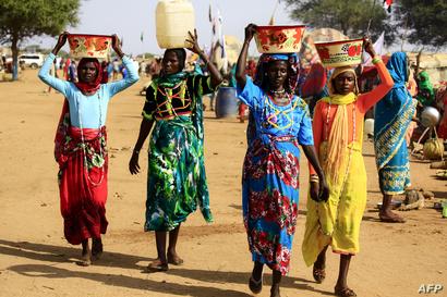 نساء سودانيات ينقلن المياه