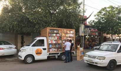 المكتبة الجوالة في شوارع بغداد في صورة من حساب Iraqi Bookish في فيسبوك