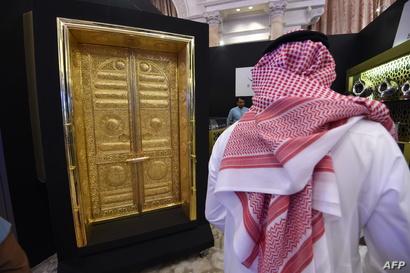نسخة عن الأبواب الذهبية للكعبة في مكة المكرمة خلال معرض إكسبو العالمي بمدينة الرياض عام 2016