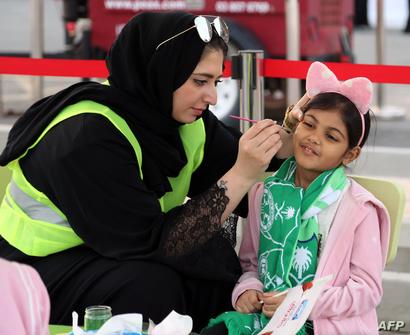 مشجعتان سعوديتان داخل ملعب الجوهرة المشعة في جدة