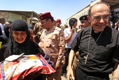 الكاردينال الفرنسي يقدم المساعدة لسيدة عراقية