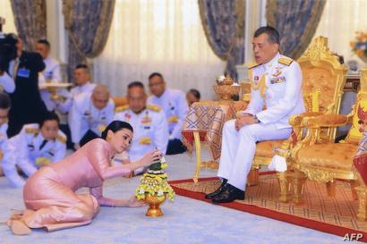 ملك تايلاند ماها فاجيرونغكورن أثناء مراسم الزواج من سوثيدا